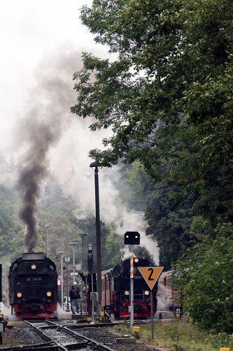 3本のSL牽引列車が並ぶ